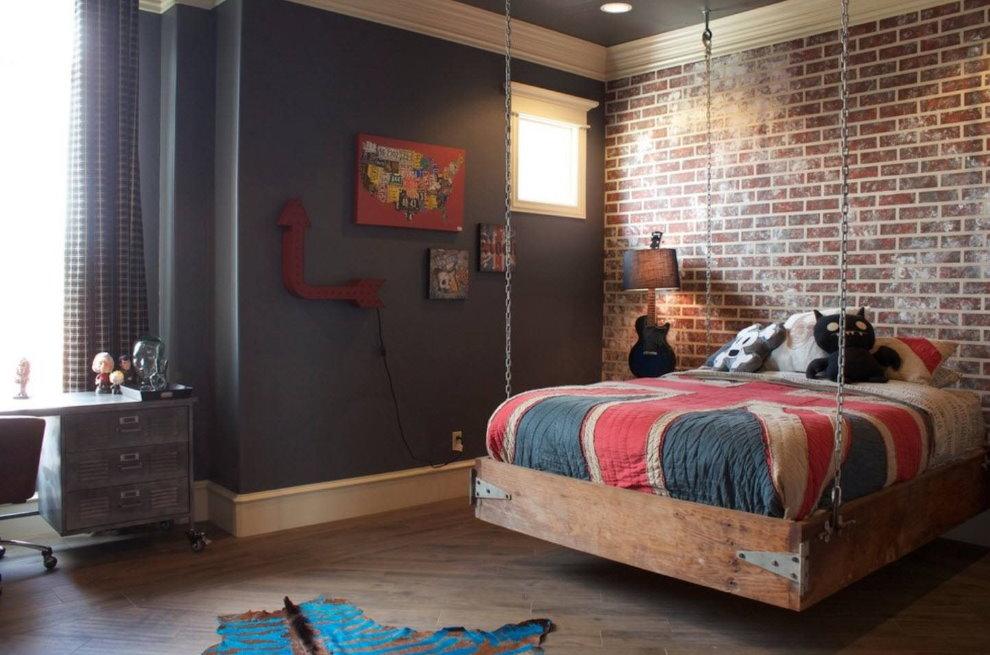 Деревянная кровать на цепях в спальне мальчика