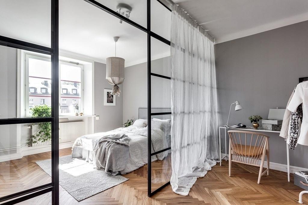 Кровать за перегородкой в однушке скандинавского стиля