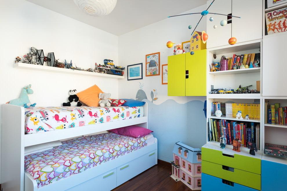 Выдвижная кровать в маленькой детской комнате