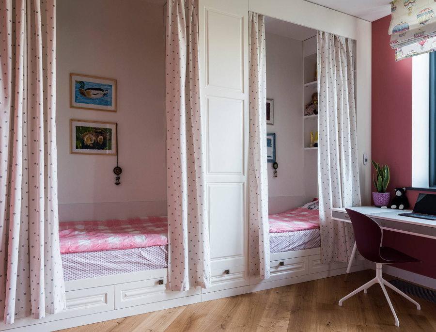 Шторы над детскими кроватями в нишах комнаты