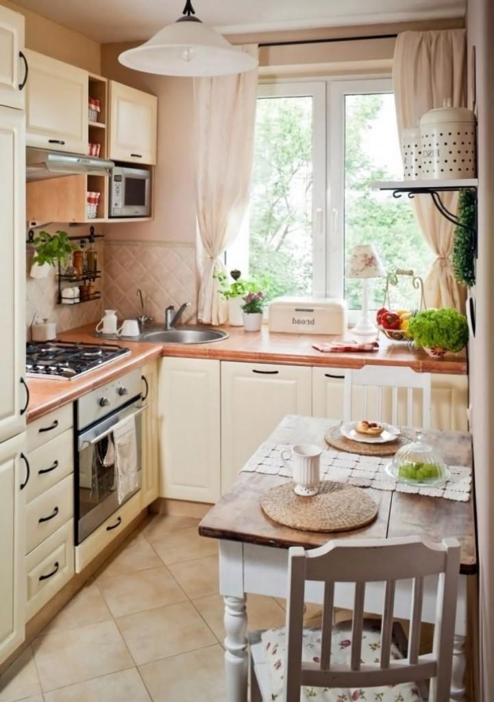 Рабочая зона кухни перед окном в квартире