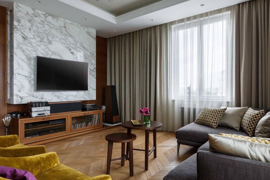 Интерьер квадратной гостиной с одним окном