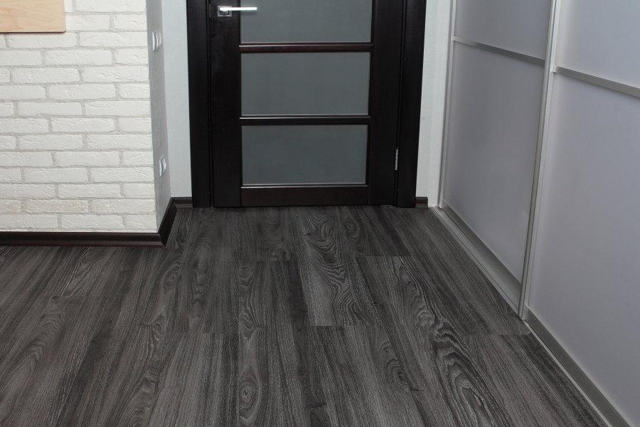 Серый ламинат в коридоре со шкафом-купе