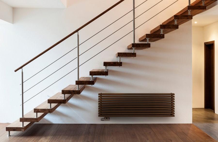 Лестница на больцах с деревянными ступенями