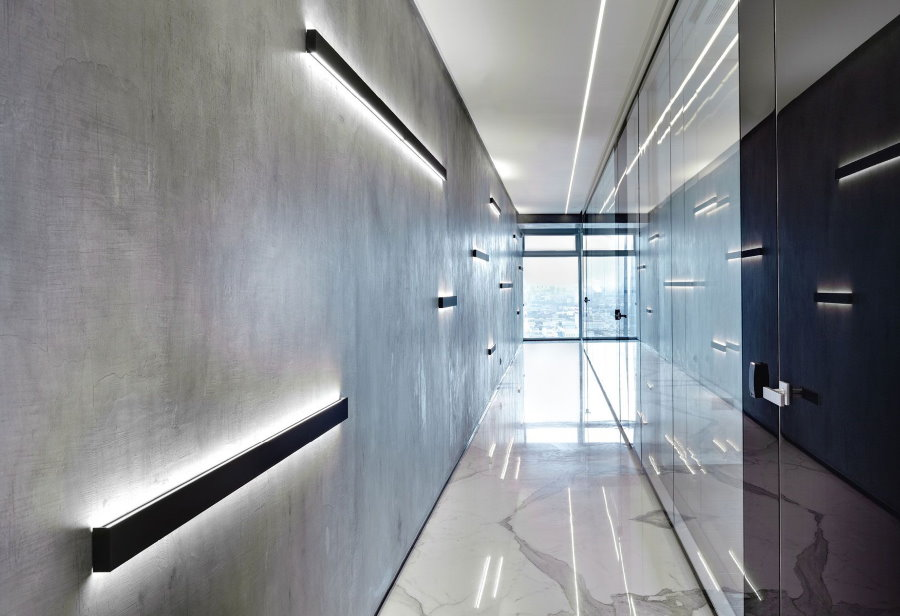 Освещение длинного коридора в стиле минимализма