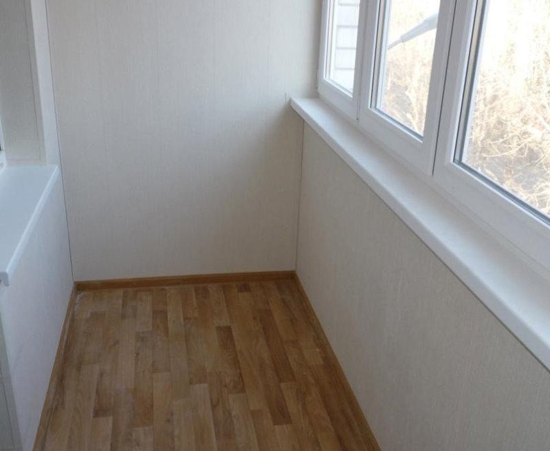 Линолеум на полу балкона с ПВХ-окнами