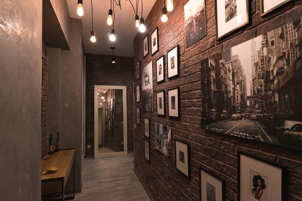 Монохромные фотографии на стене прихожей в стиле лофта