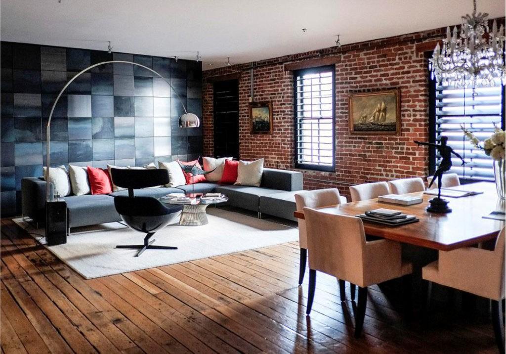 Кирпичная стена гостиной в индустриальном стиле