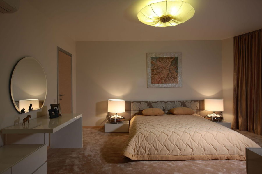 Накладная люстра на потолке спальни