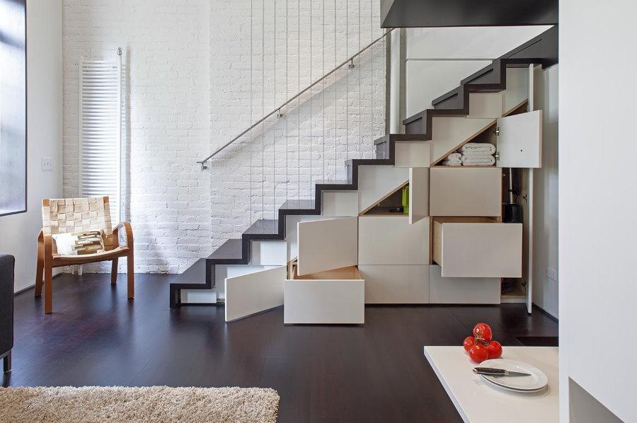 Выдвижные ящики для вещей в маршевой лестнице
