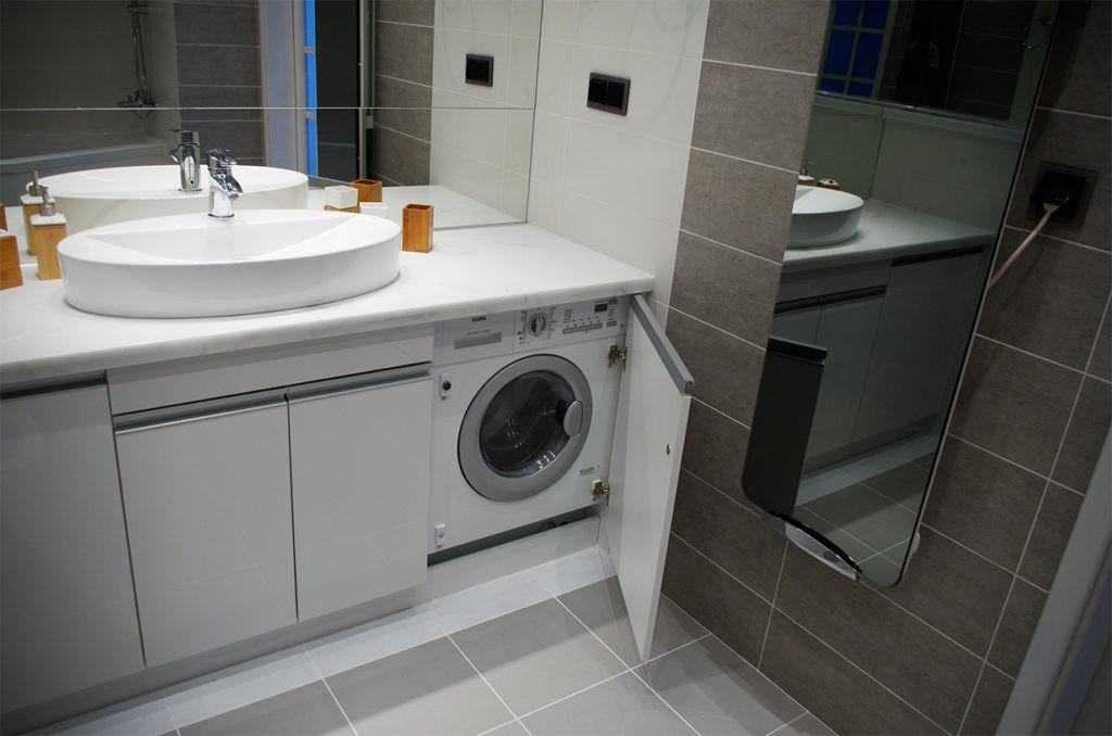 Место для стиральной машинки около раковины