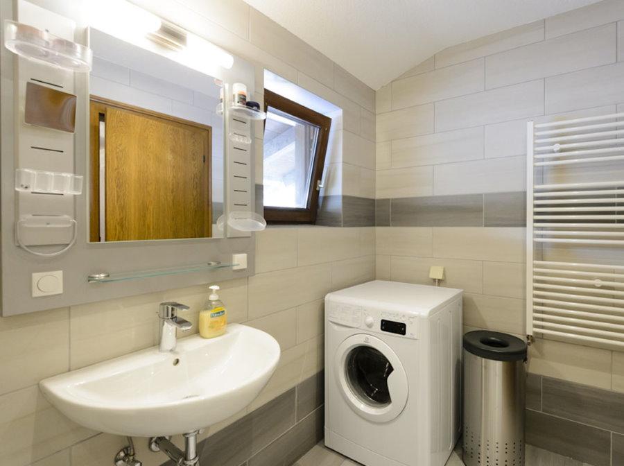 Место для стиральной машины в углу ванной