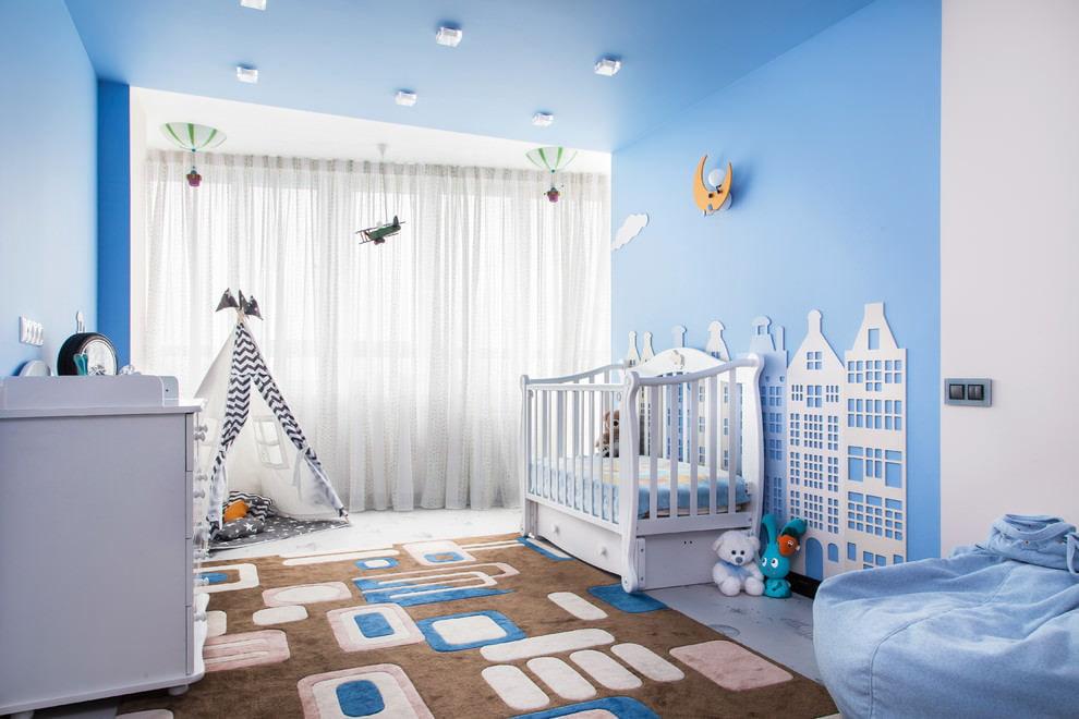 Мягкий коврик на полу комнаты для новорожденного