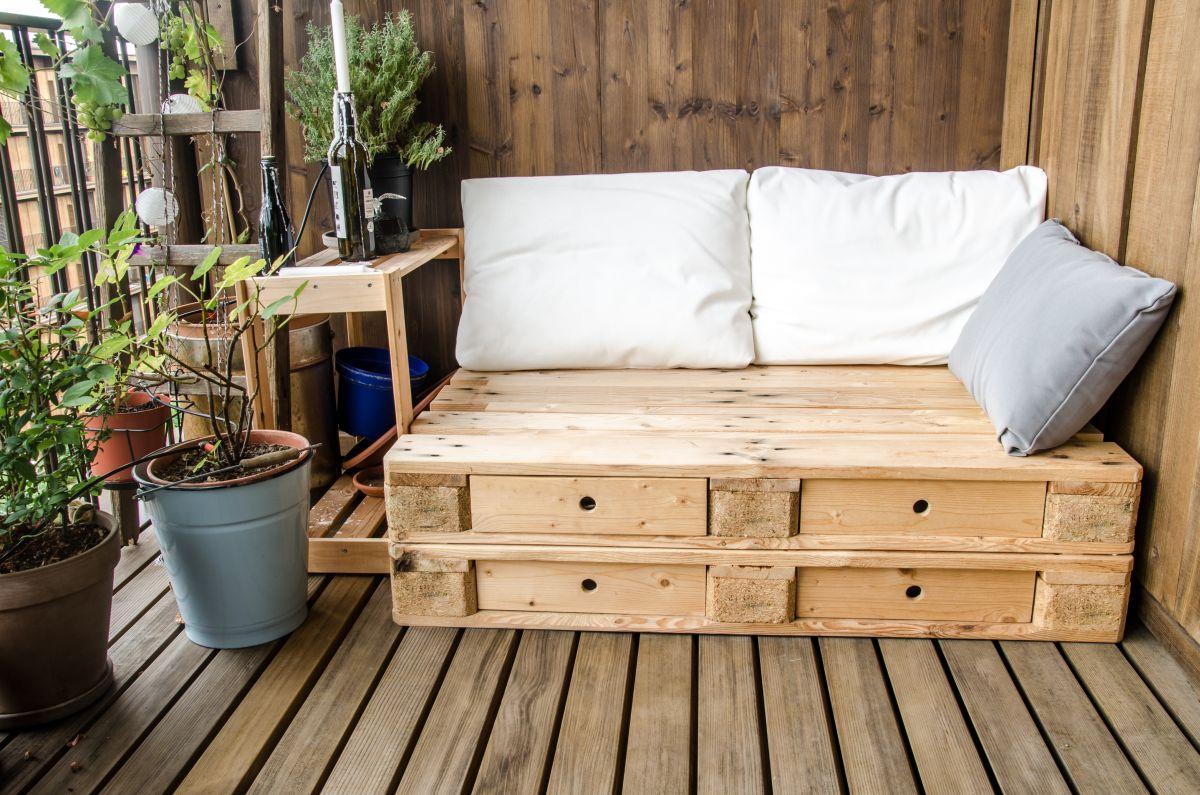 мебель из паллет на даче