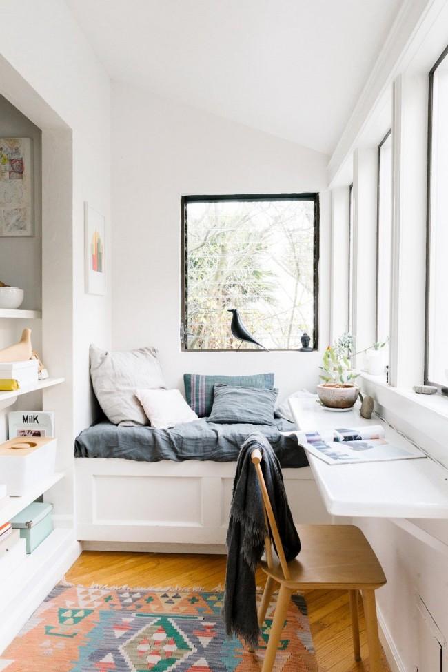 Белая мебель на уютном балконе