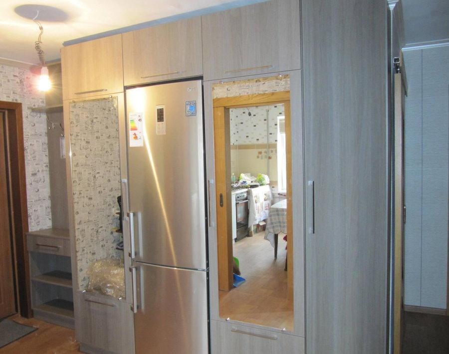 Мебель в прихожей с двухкамерным холодильником