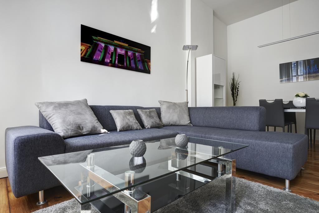 Угловой диван в гостиной холостяцкой квартиры