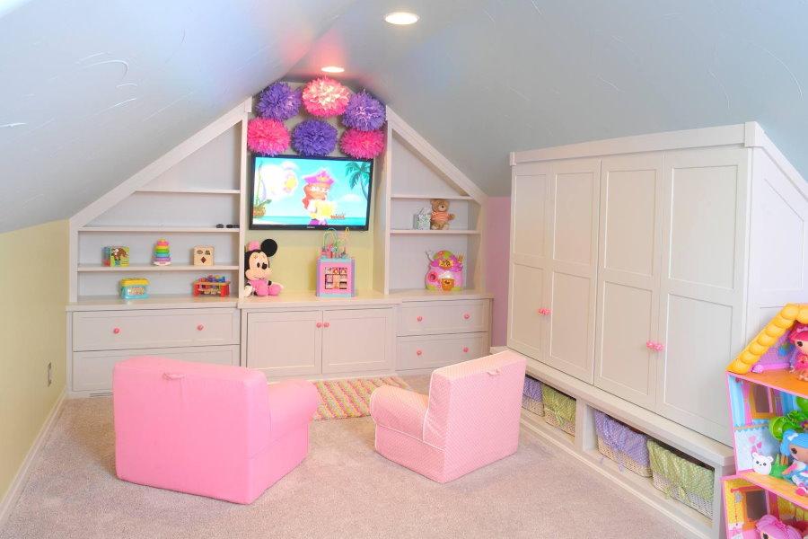 Белая мебель в детской на мансарде