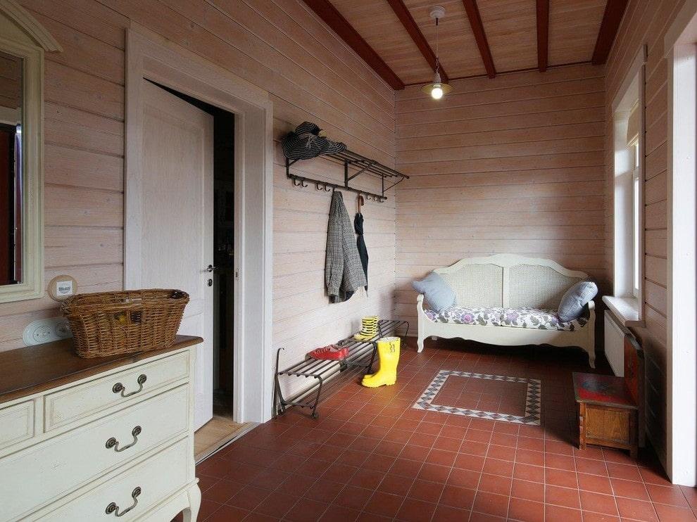 Простая мебель в прихожей деревенского дома
