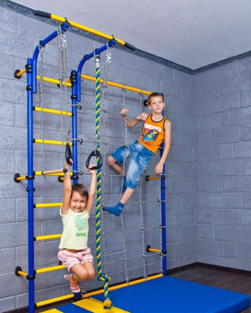 Спортивная стенка из металла в комнате разнополых детей