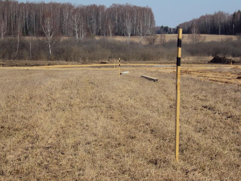 Межевые столбики на границе земельного участка
