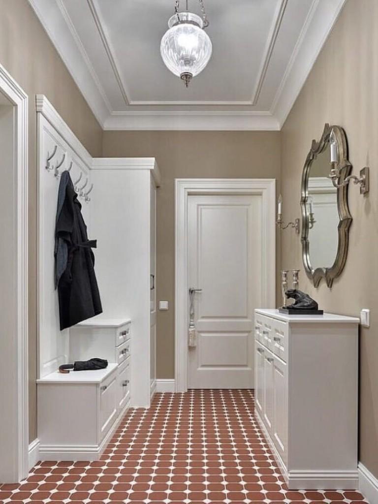 Модульная мебель белого цвета в прихожей с зеркалом