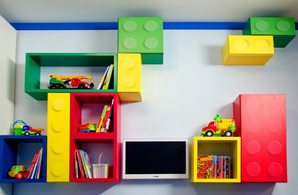 Яркие модульные полки на стене детской комнаты