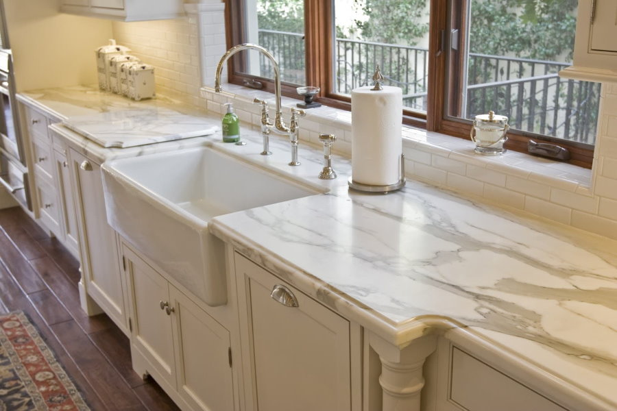Кухонная мойка в мраморной столешнице