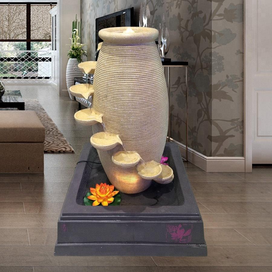 Декор гостиной комнаты напольным фонтаном