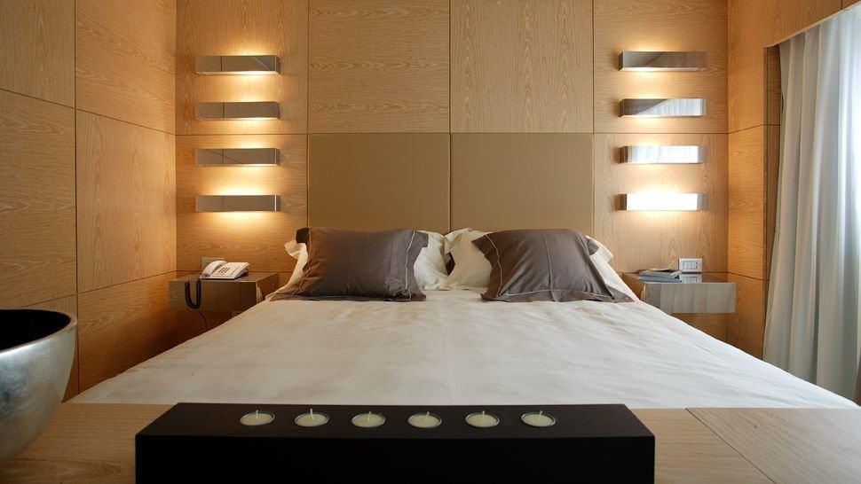 Стильные светильники на стене спальной комнаты