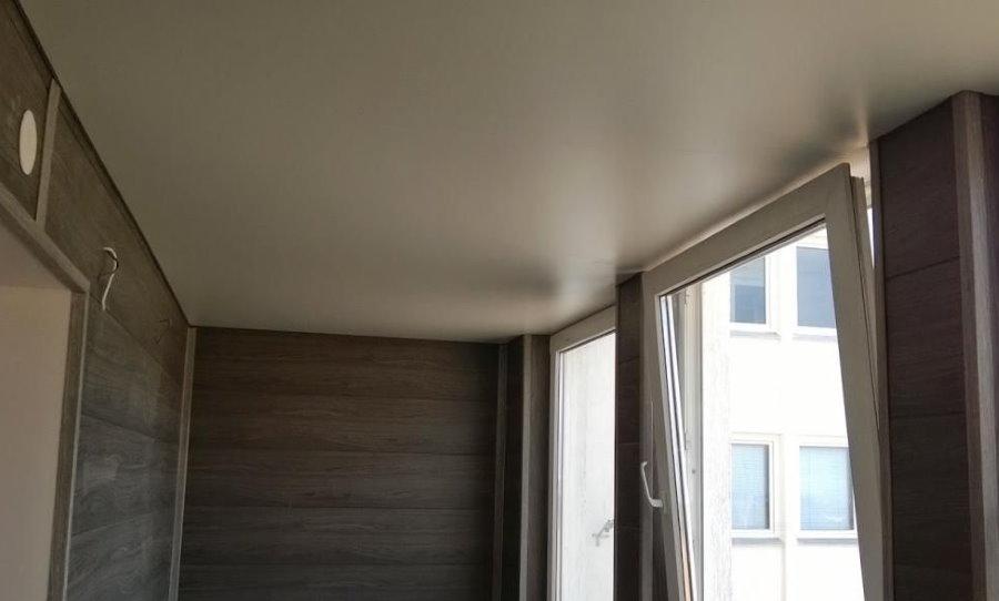 Натяжной потолок на благоустроенном балконе