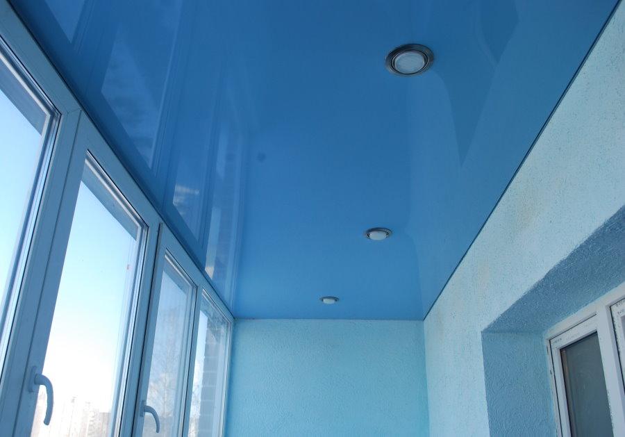 Голубой натяжной потолок на теплом балконе