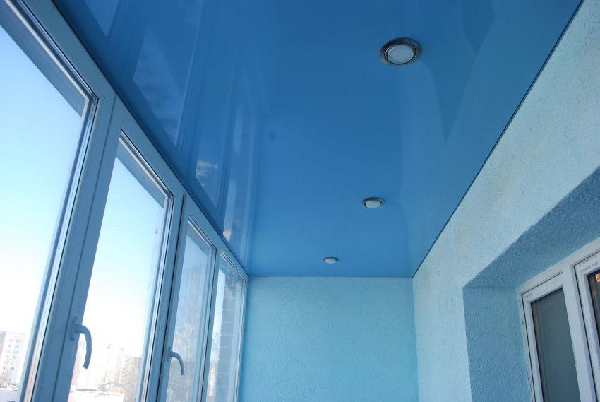 Голубой натяжной потолок на балконе квартиры