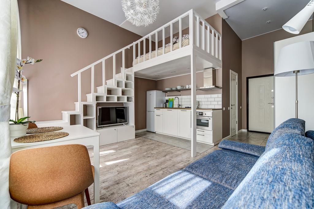 Кухонная зона под спальным местом в двухуровневой квартире