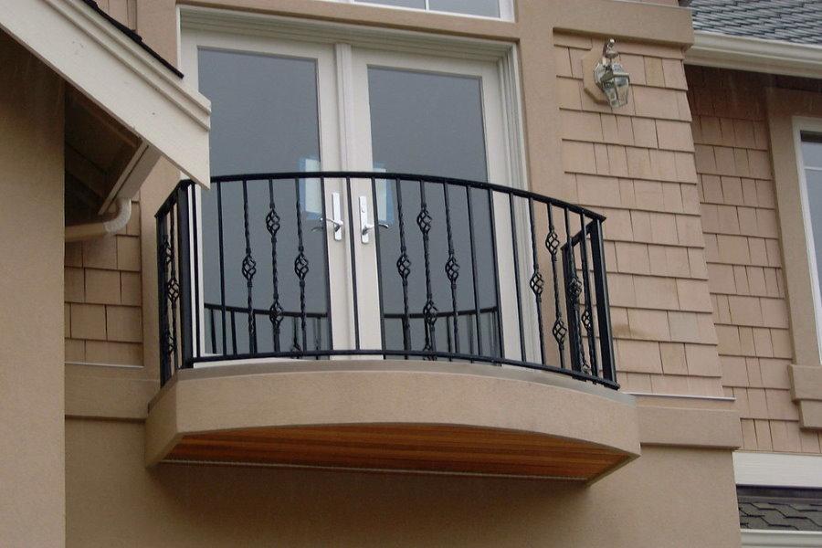 Фото компактного балкона на фасаде частного дома