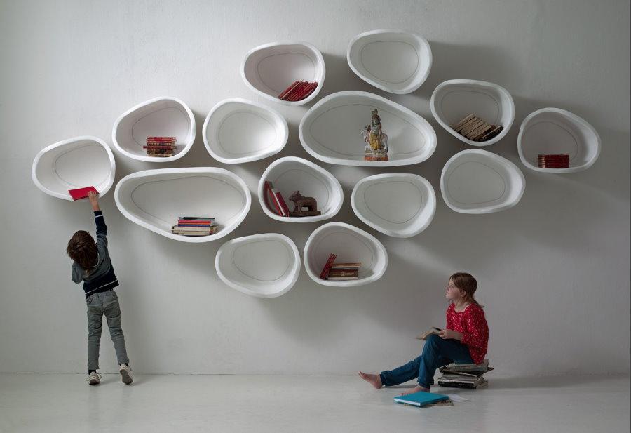 Оригинальные полочки на стене детской комнаты