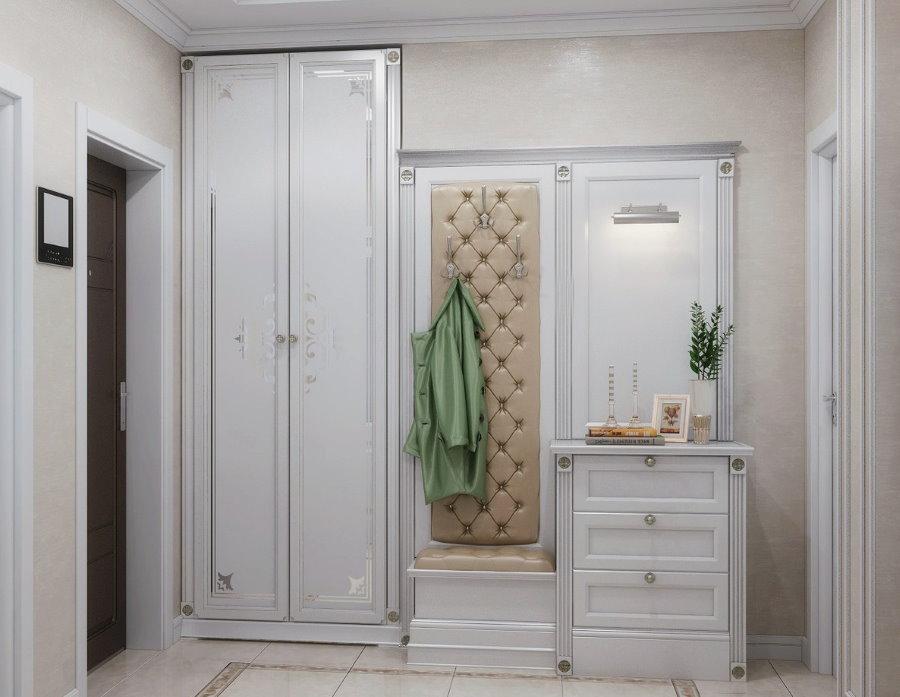 Распашной шкаф в коридоре неоклассического стиля