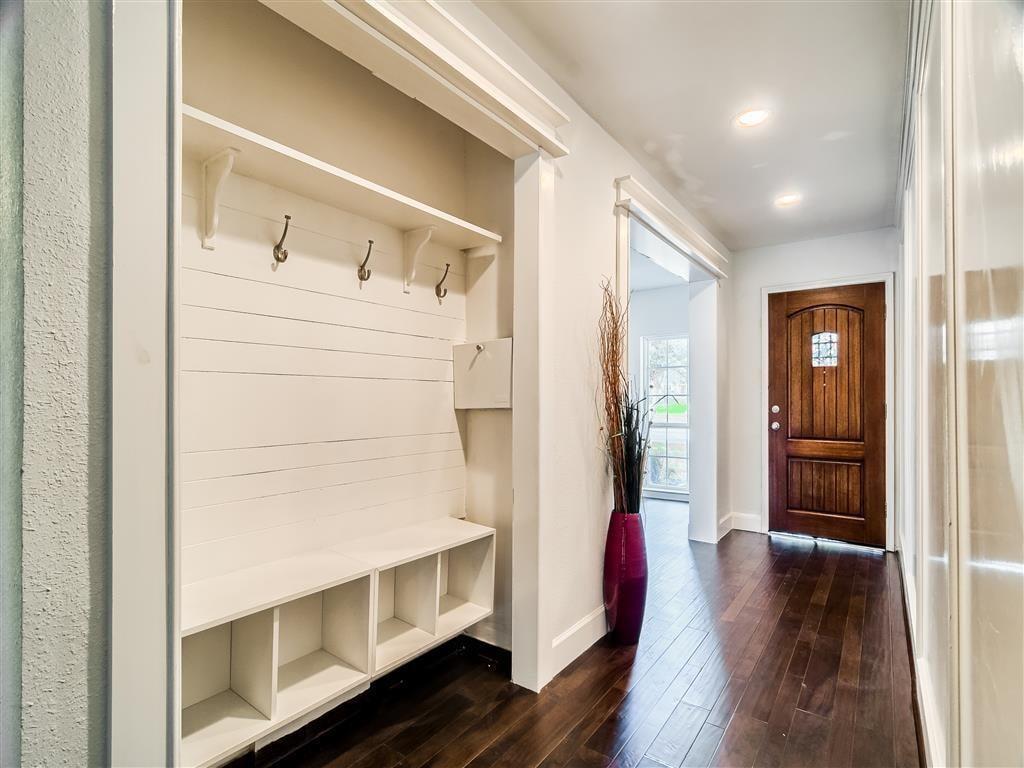 Вешалка для верхней одежды в коридоре частного дома