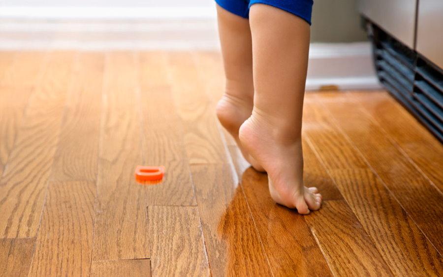 Маленький ребенок на деревянном полу