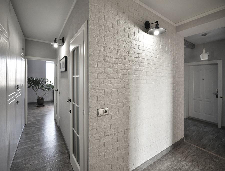 Декорирование коридора обоями под кирпич