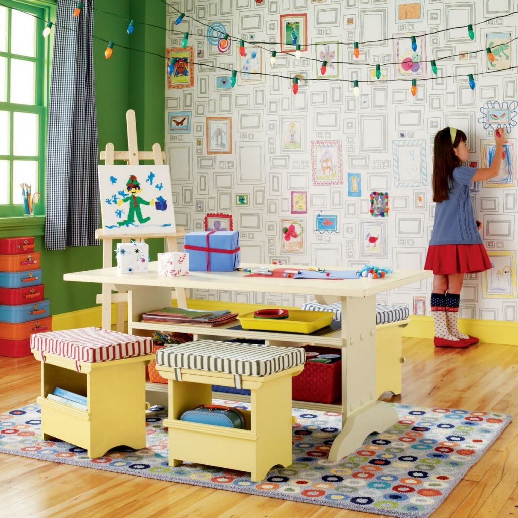 Обои с раскрасками в комнате маленькой девочки