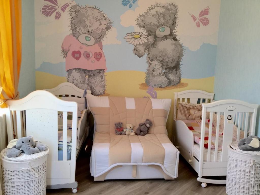 Детские кроватки в комнате с мишками на обоях