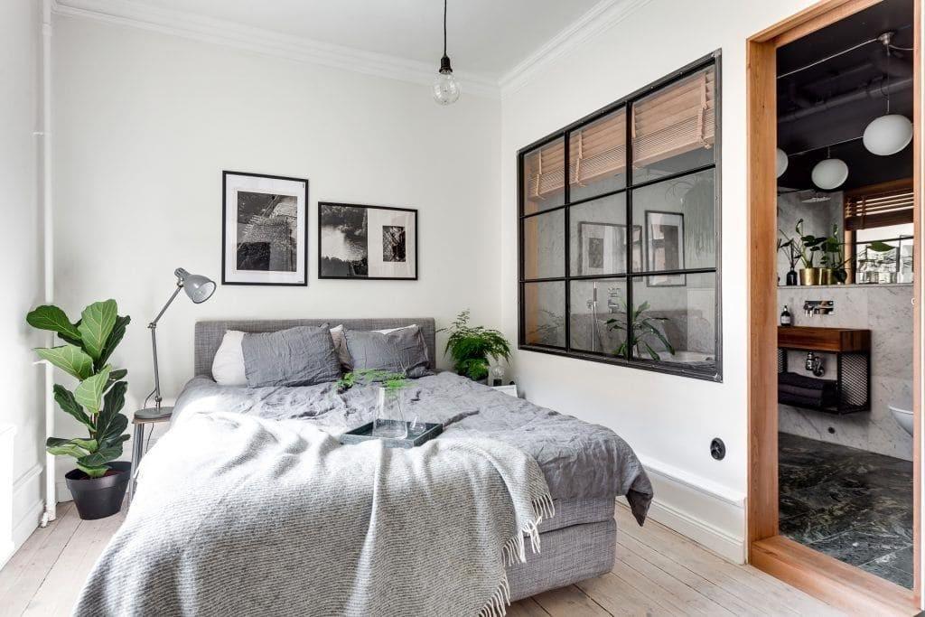 Внутренне окно в спальной зоне однокомнатной квартиры