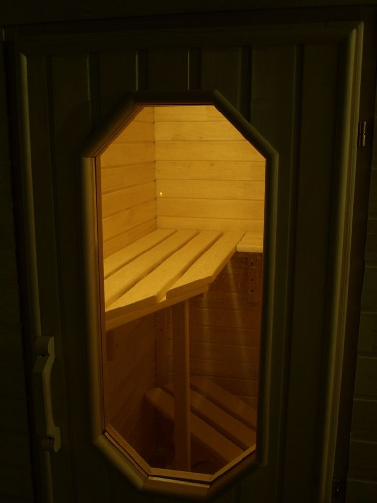 Окошко в двери балконной сауны