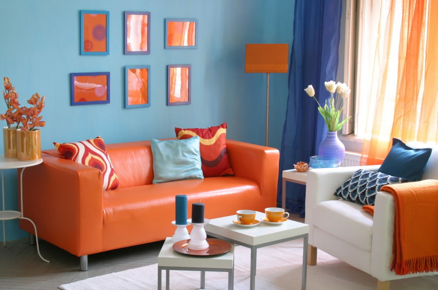 Оранжевый диван в интерьере хрущевки