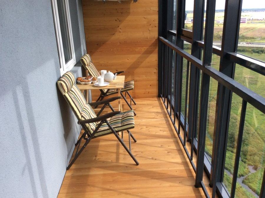 Кресла для комфортного отдыха на застекленном балконе