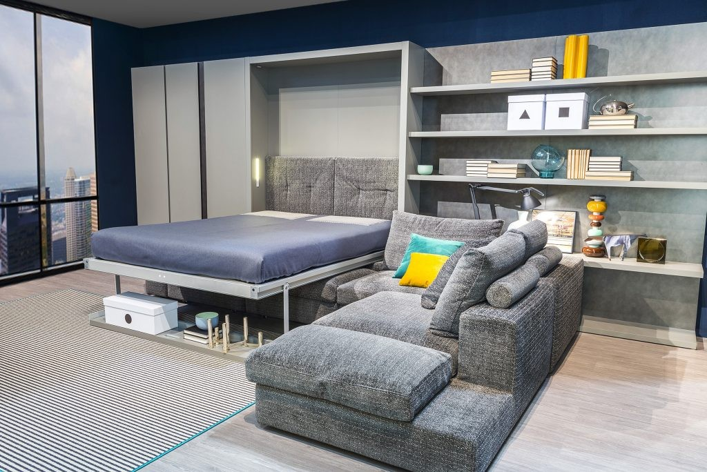 Откидная кровать в гостиной квартиры с большим окном