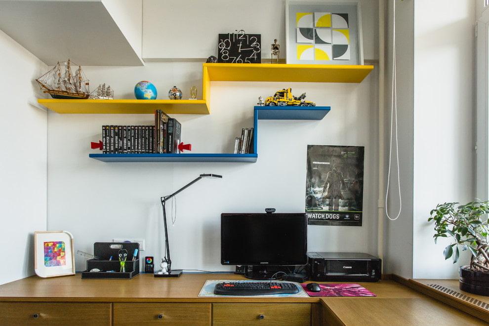 Разноцветные открытые полочки в комнате подростка
