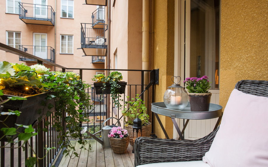 Интерьер открытого балкона в двухкомнатной квартире
