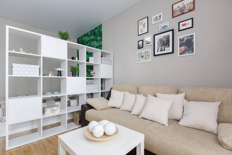 Зонирование стеллажом однокомнатной квартиры